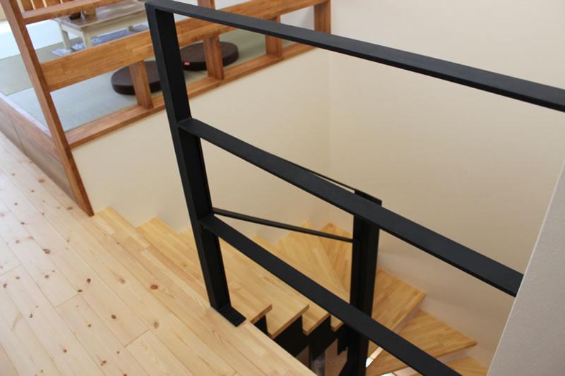 注文住宅 お洒落なアイアンと木の階段