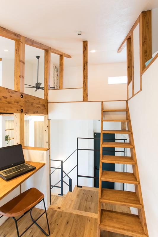 注文住宅 中2階 屋根裏階段