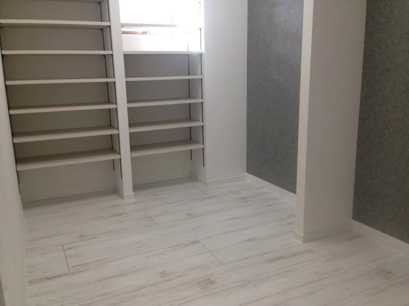 堺市 リノベーション 施工例 白い床と収納棚
