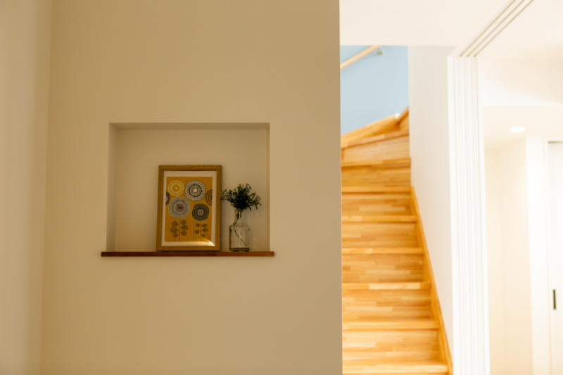 新築注文住宅 堺市北区 ニッチ棚と木目の素敵な階段