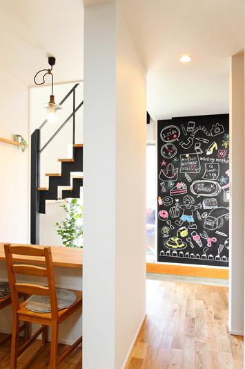 土間玄関 おしゃれな黒板