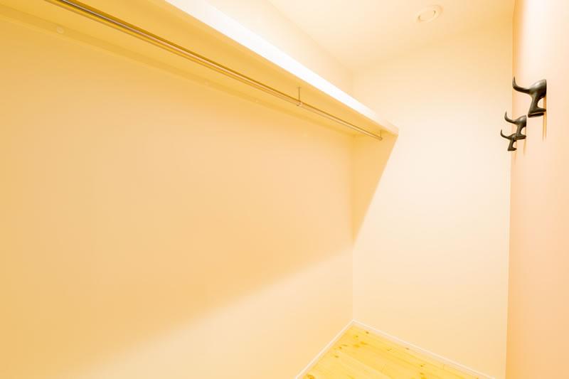 新築注文住宅 可愛いクロスのクローゼット 堺市北区南花田