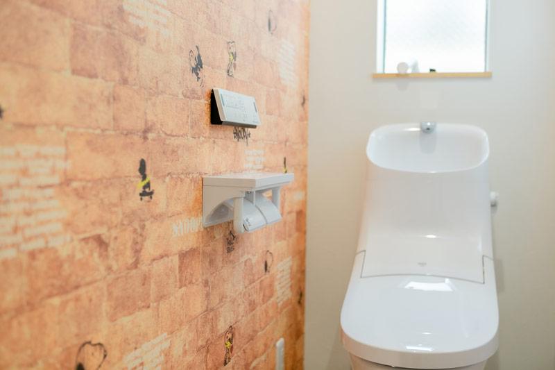 堺市北区 新築 注文住宅 レンガ風壁紙のおしゃれなトイレ