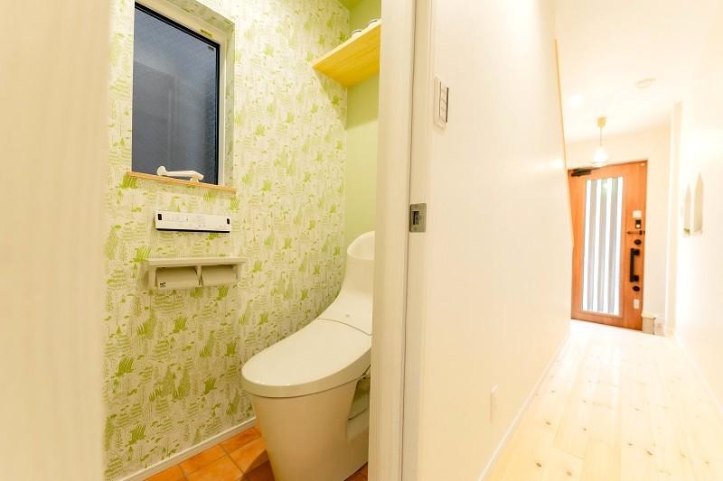 新築 注文住宅 トイレとムーミンの壁紙と玄関