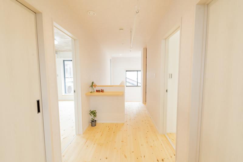 注文住宅 二階廊下 造作カウンター